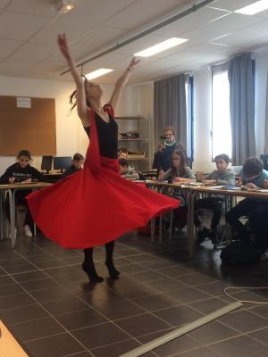 Danseuse qui pose dans une classe de collège.