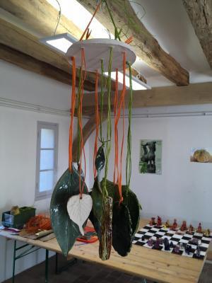 feuilles en terre cuite vernissée suspendues