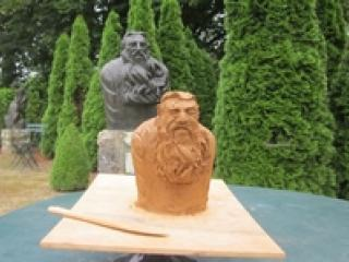 Atelier sculpteur en herbe.