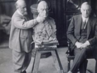 Antoine Bourdelle travaillant au buste de Marcelo de Alvear - 1922. Paris, musée Bourdelle.