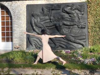 danseuse devant la sculpture les 3 muses d'Antoine Bourdelle